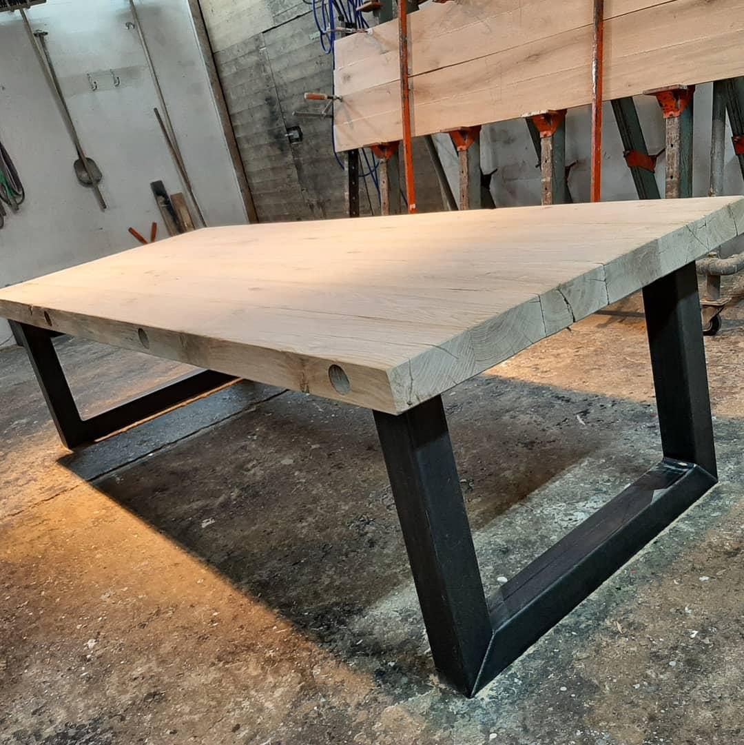 Eiken tafel met een industriële u poot