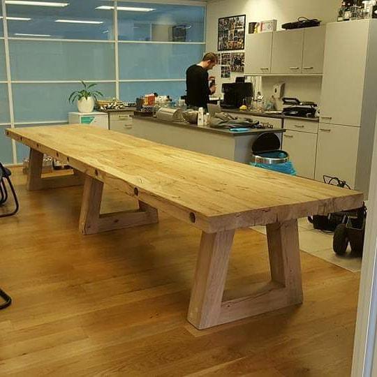 Trapezium tafel circa 460cm lang, blad 9 cm